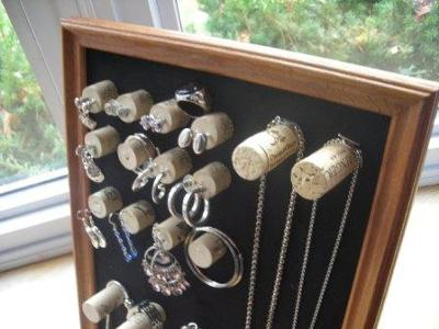 Wine cork jewelry display for Cool wine cork projects